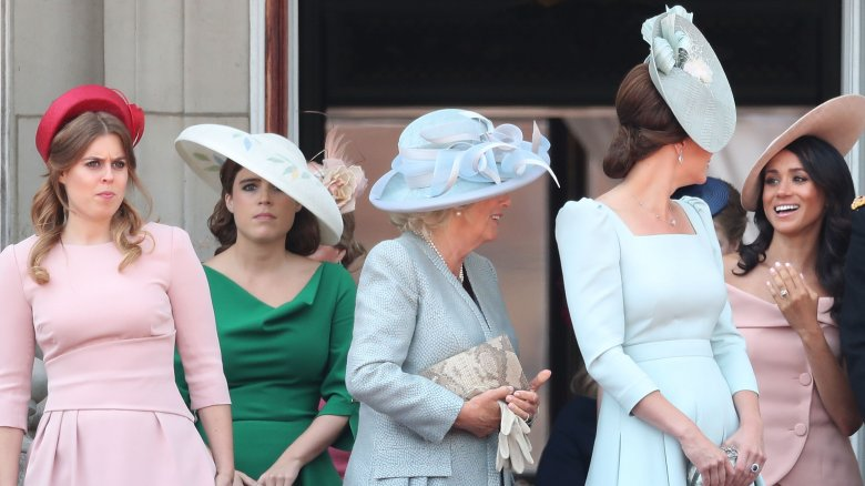 La princesa Beatriz, la princesa Eugenia, Camilla Parker-Bowles, Kate Middleton, Meghan Markle