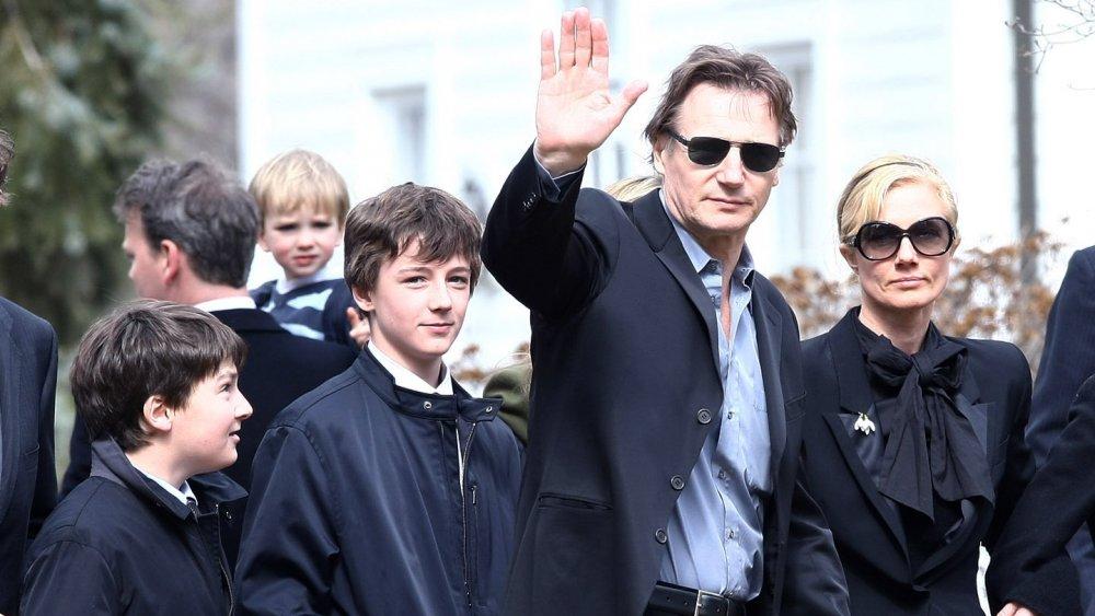 Daniel, Micheál y Liam Neeson con Joely Richardson