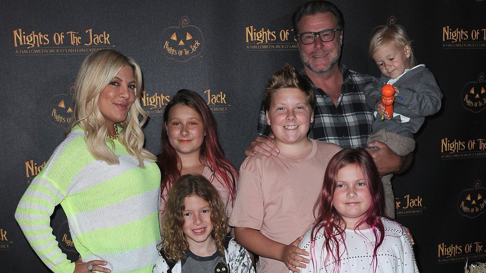 Tori Spelling, Dean McDemott y los niños llegan a Nights Of The Jack Friends & Family VIP Preview Night celebrada en King Gillette Ranch