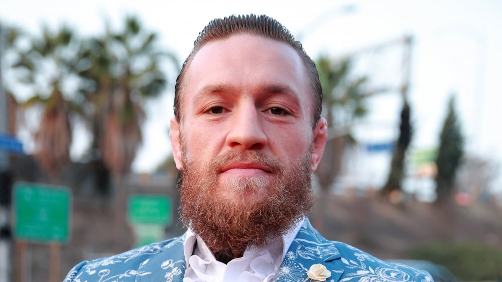 Conor McGregor en traje