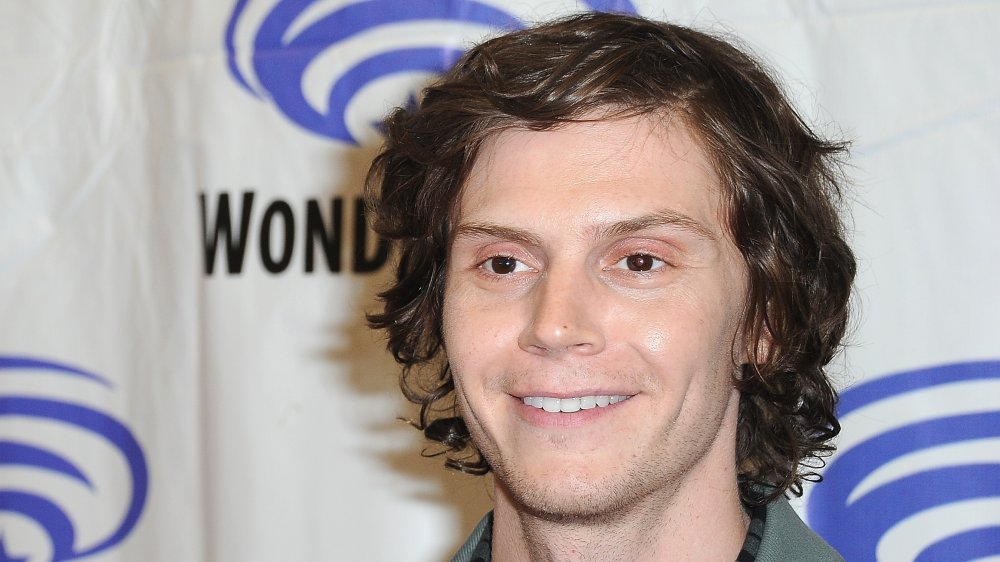 Evan Peters sonriendo