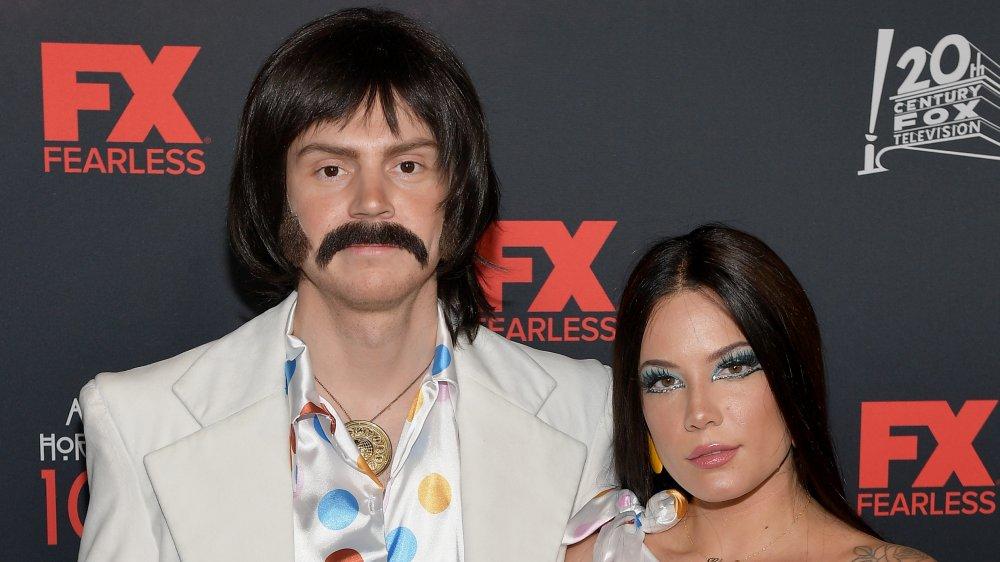 Evan Peters y Halsey vestidos como Sonny y Cher