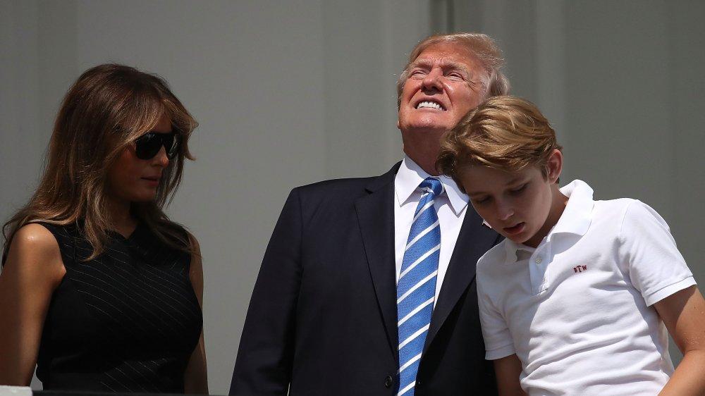 Trump mirando directamente al eclipse solar con Melania y Barron
