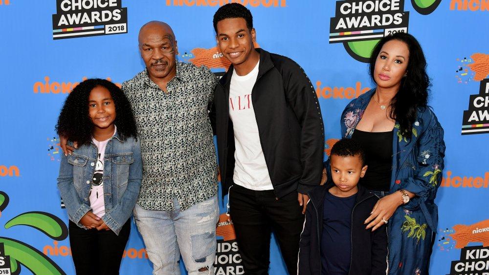 Milan Tyson, Mike Tyson, Miguel Tyson, Morocco Tyson y Lakiha Spicer en los Teen Choice Awards en 2018