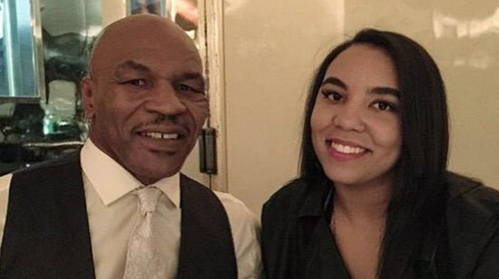 Mike Tyson y Rayna Tyson sonriendo a Mr. Chow's en Hollywood
