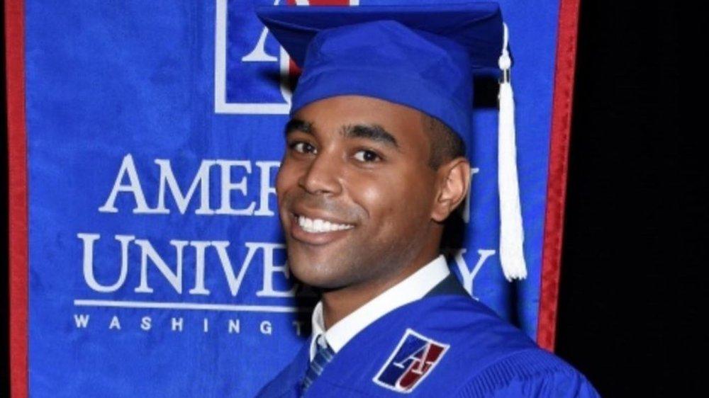 Amir Tyson en su ceremonia de graduación en la American University