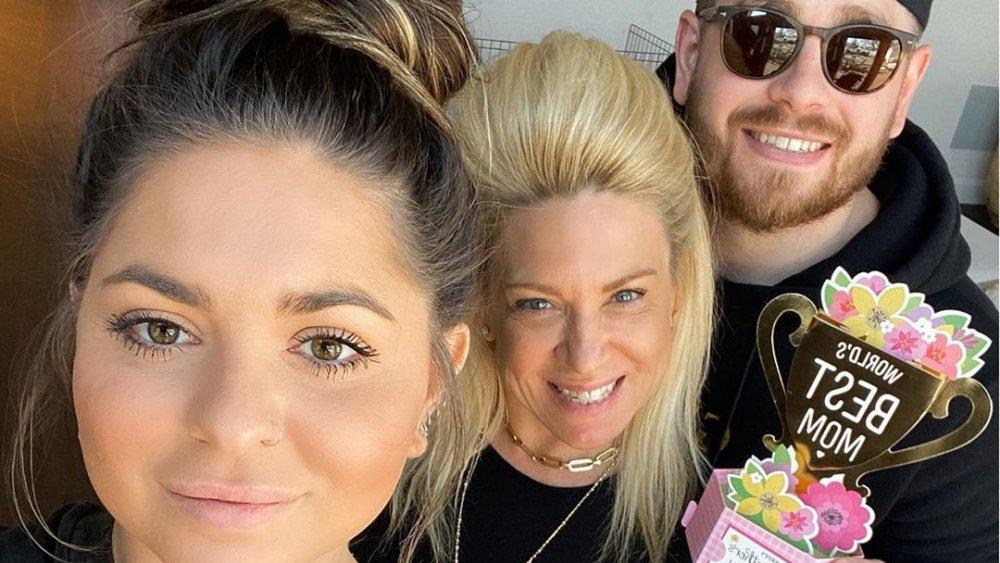 Victoria Caputo, Theresa Caputo y Larry Caputo, Jr. posando para una selfie en Instagram
