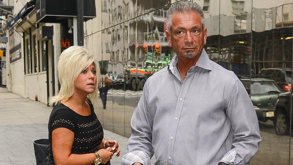 Theresa Caputo y Larry Caputo lucen sorprendidos en una calle de Nueva York