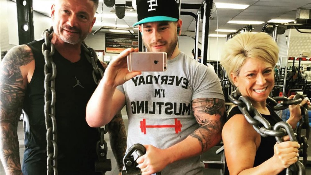 Larry Caputo, Larry Caputo, Jr. y Theresa Caputo posando en la sala de pesas para una selfie en Instagram