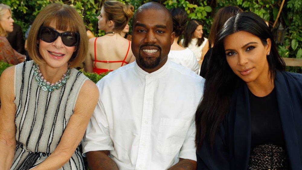 Anna Wintour, Kanye West, Kim Kardashian posando juntos en un desfile de modas