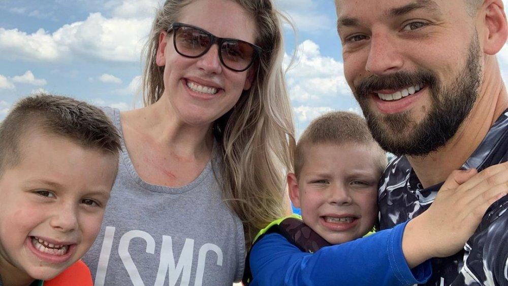 Briana Culberson posando para una selfie en Instagram con su esposo y sus dos hijos
