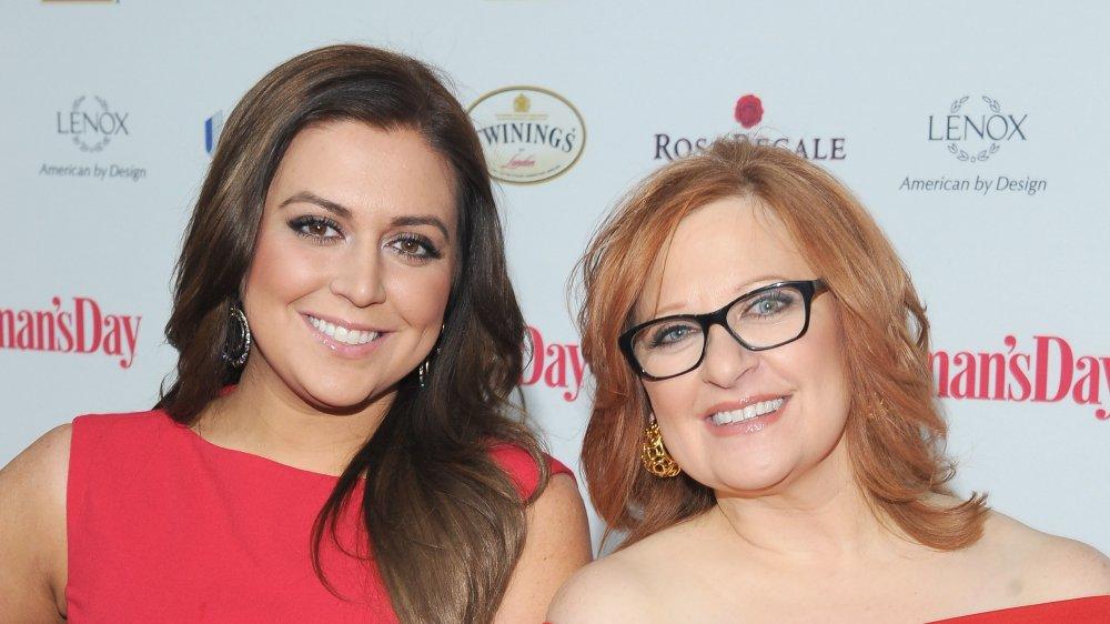 Lauren Manzo Scalia y Caroline Manzo en los Premios del Vestido Rojo del Día de la Mujer
