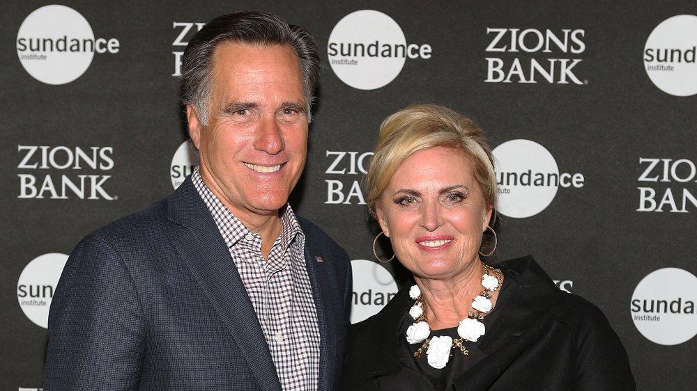 Mitt Romney y Ann Romney sonriendo en un evento del Instituto Sundance