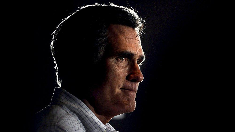 Mitt Romney se ve sombrío con poca luz