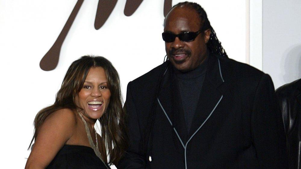 Stevie Wonder con la entonces esposa Kai Millard Morris en un evento