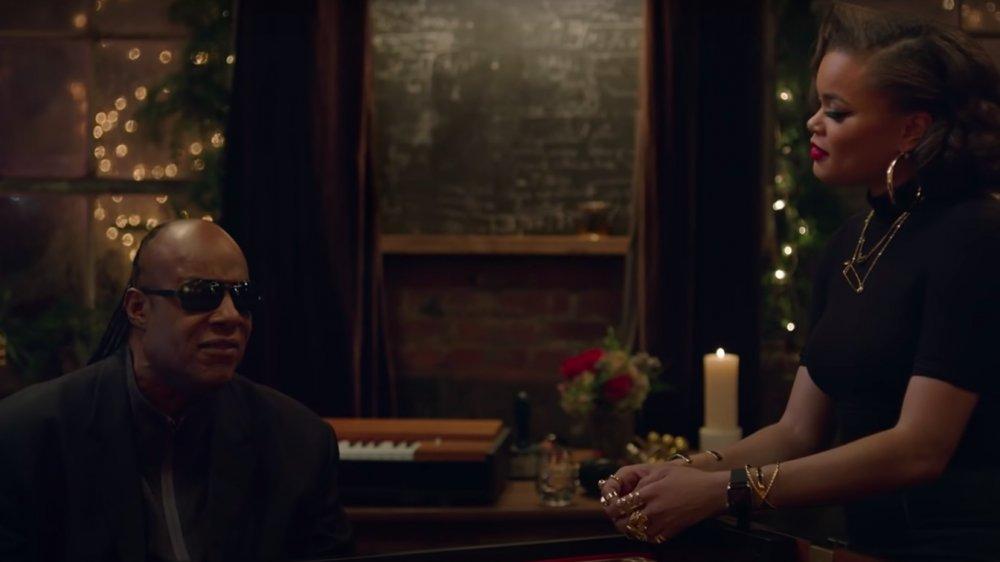 """Steve Wonder y Andra Day en su video musical """"Someday at Christmas"""""""