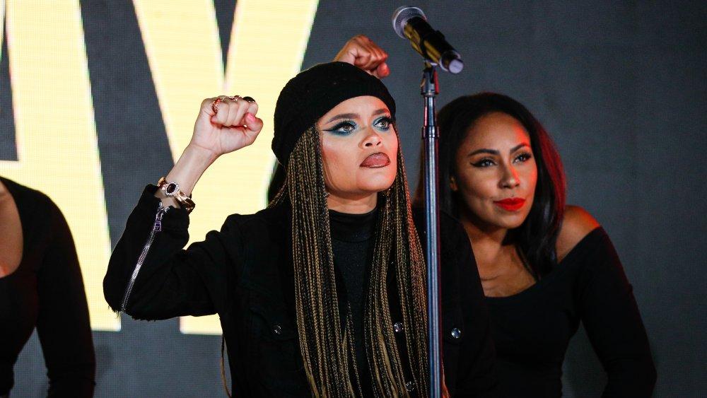 Andra Day con su puño en alto durante una actuación