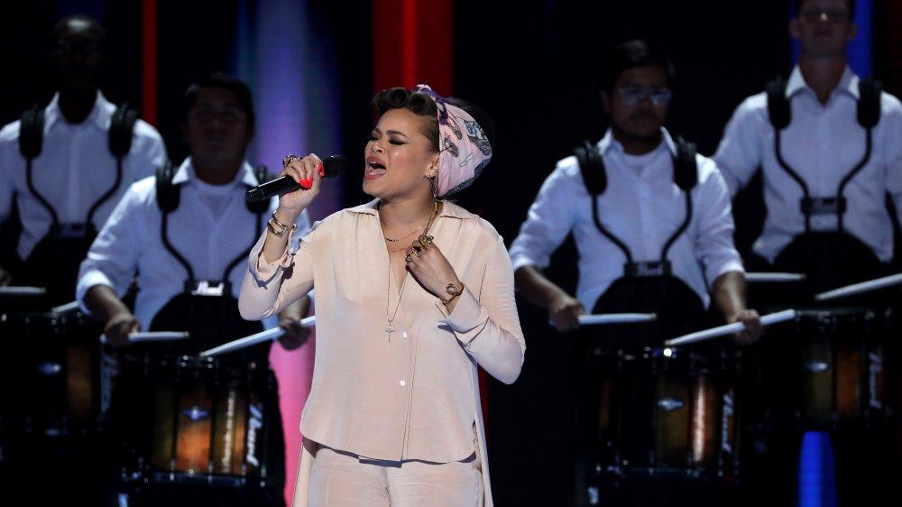 Andra Day cantando en la Convención Nacional Democrática