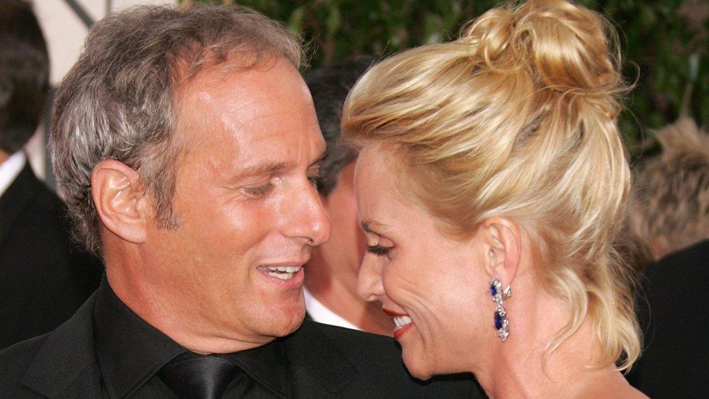 La actriz Nicollette Sheridan (derecha) y el cantante Michael Bolton llegan a la 63a Anual de los Golden Globe Awards.