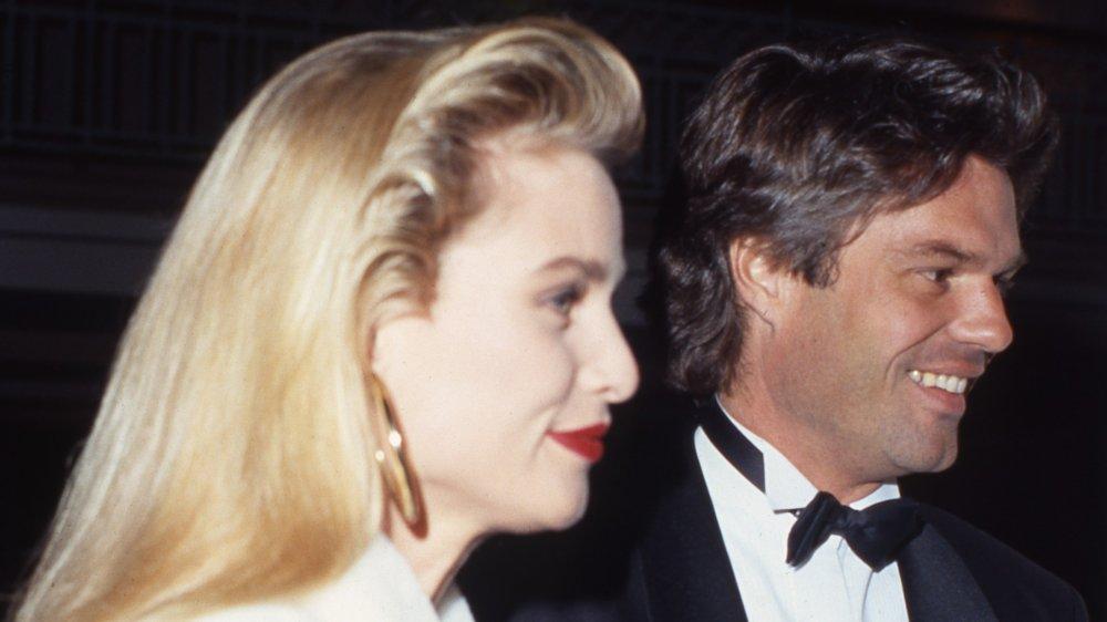 La pareja de famosos Nicollette Sheridan y Harry Hamlin asisten a un evento en marzo de 1991
