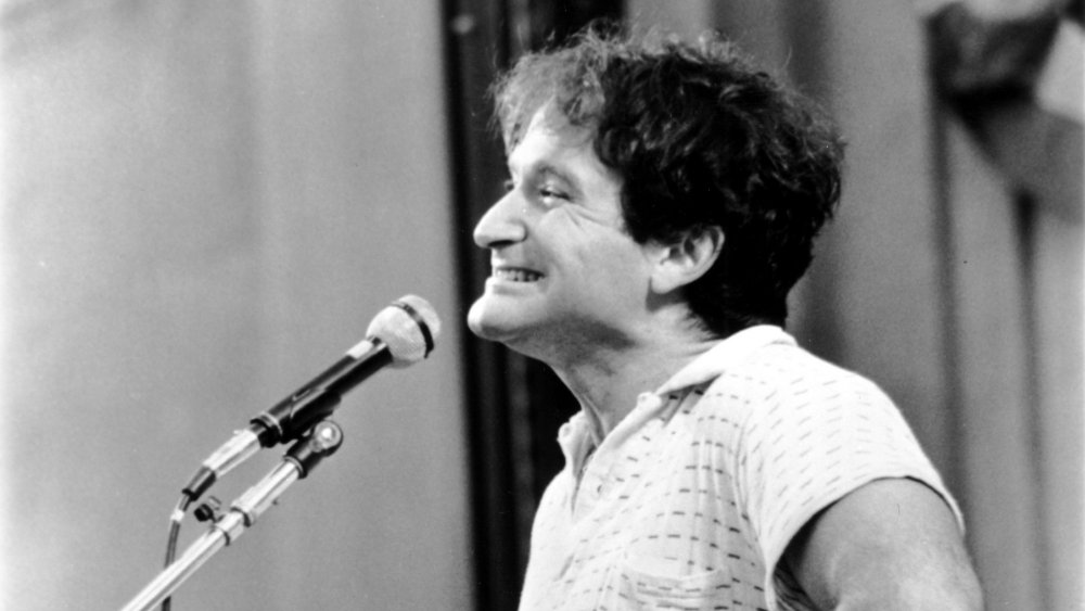 Robin Williams sonriendo durante una actuación