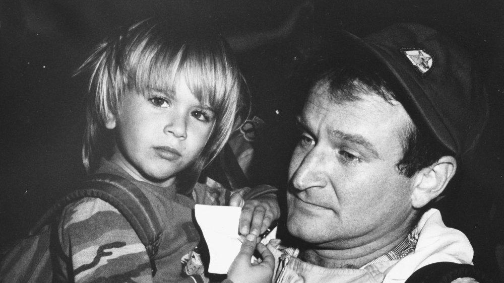 Robin Williams sosteniendo a su hijo, Zak Williams