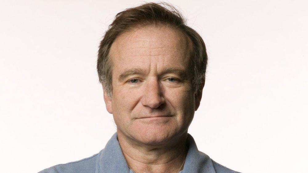 Robin Williams mirando directamente a la cámara con una expresión neutral