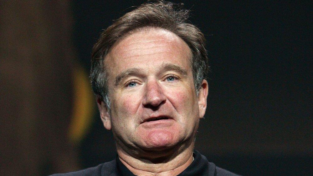 Robin Williams mirando al frente con una expresión en blanco