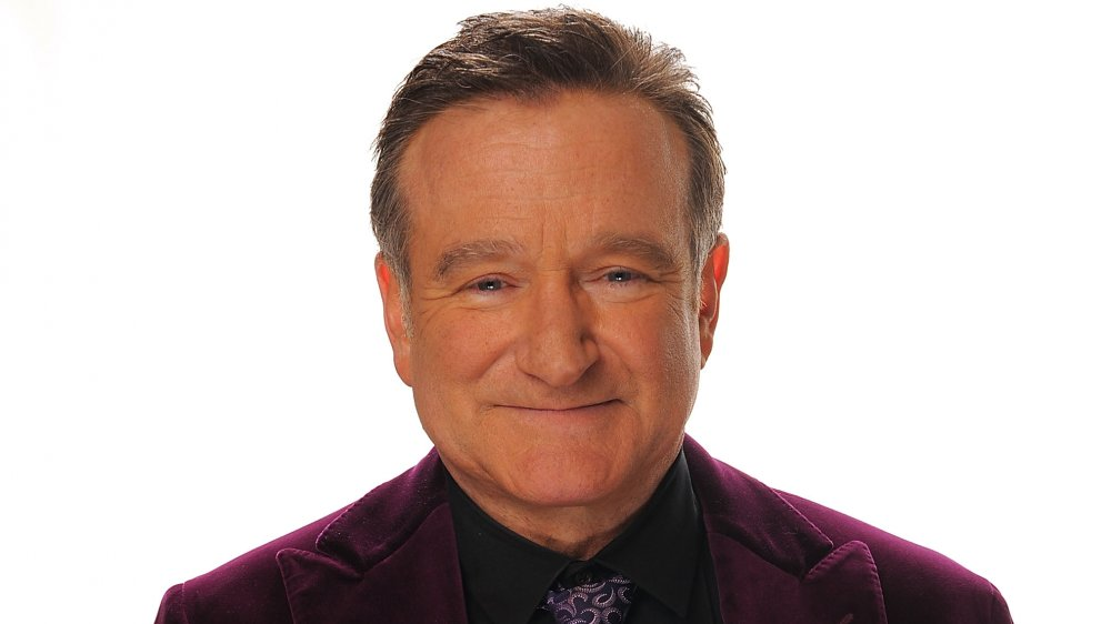 Robin Williams mirando al frente con una sonrisa suave