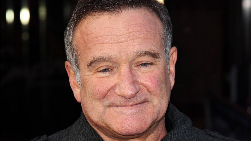 Robin Williams con una pequeña sonrisa.