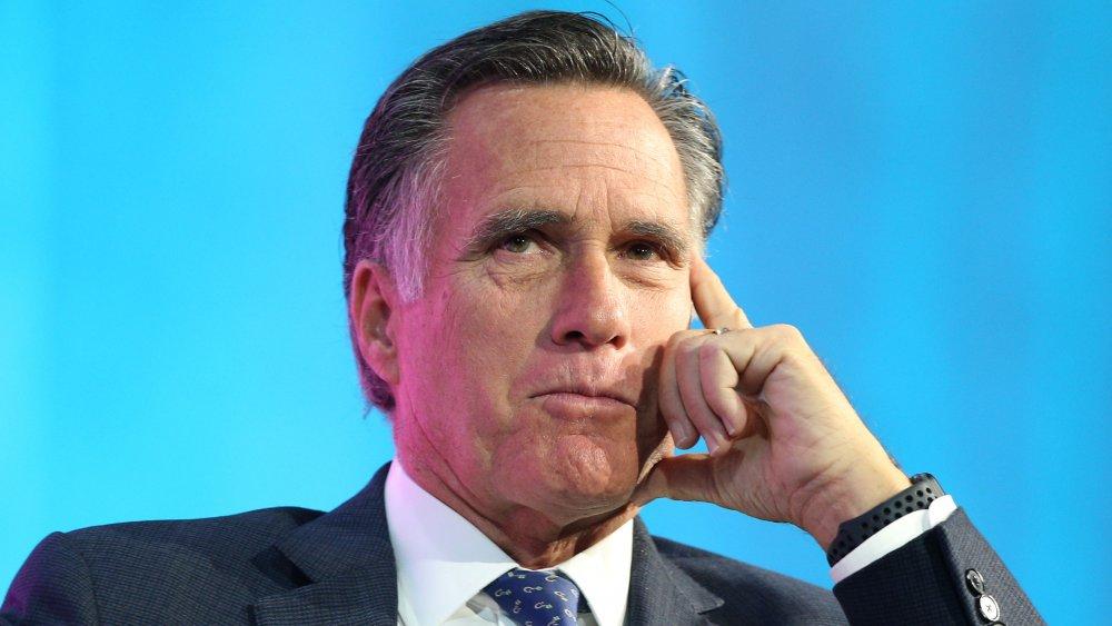 Mitt Romney en una pose de pensamiento clásico