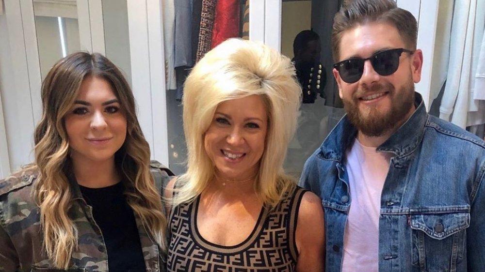 Victoria Caputo, Theresa Caputo y Larry Caputo, Jr. posan para una foto de Instagram