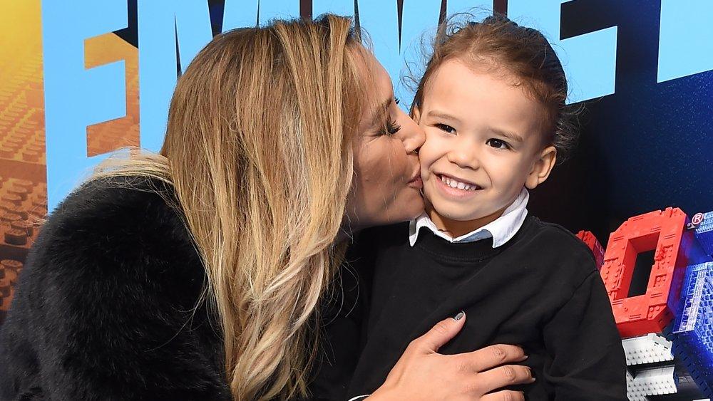 Naya Rivera besa a su hijo Josey Hollis en la mejilla