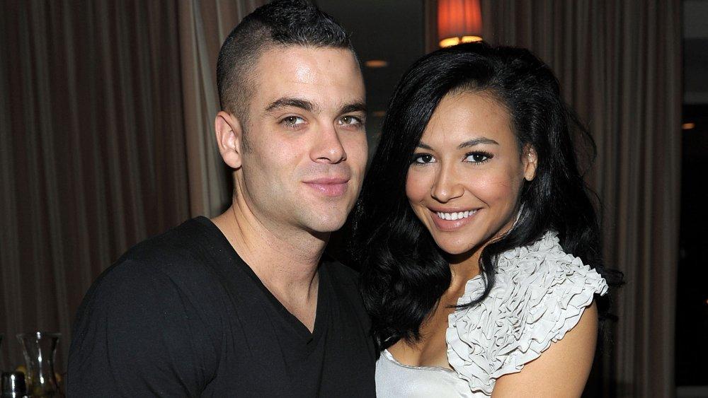 Mark Salling y Naya Rivera abrazándose en una celebración de las nominaciones al Globo de Oro de Glee