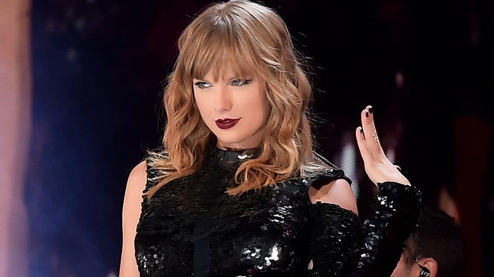 Taylor Swift actuando durante la noche de apertura de su gira de reputación