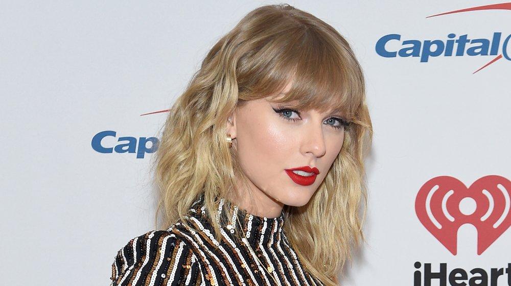 Taylor Swift posa detrás del escenario en el Z100 Jingle Ball 2019 de iHeartRadio presentado por Capital One