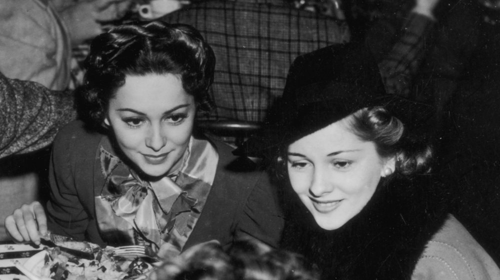 Foto en blanco y negro de Olivia de Havilland y su hermana Joan Fontaine
