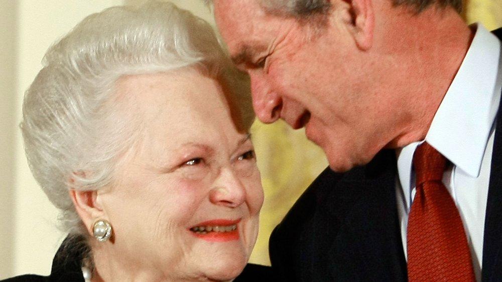 Olivia de Havilland, George W. Bush sonriendo y mirándose a los ojos