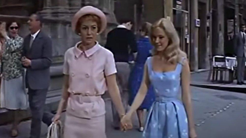 Olivia de Havilland, Yvette Mimieux en Luz en la plaza