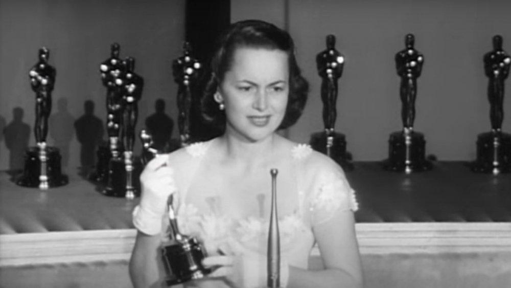 Olivia de Havilland aceptando uno de sus Oscar