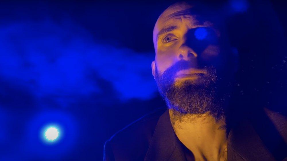 Adam Levine en el video de Nadie amor