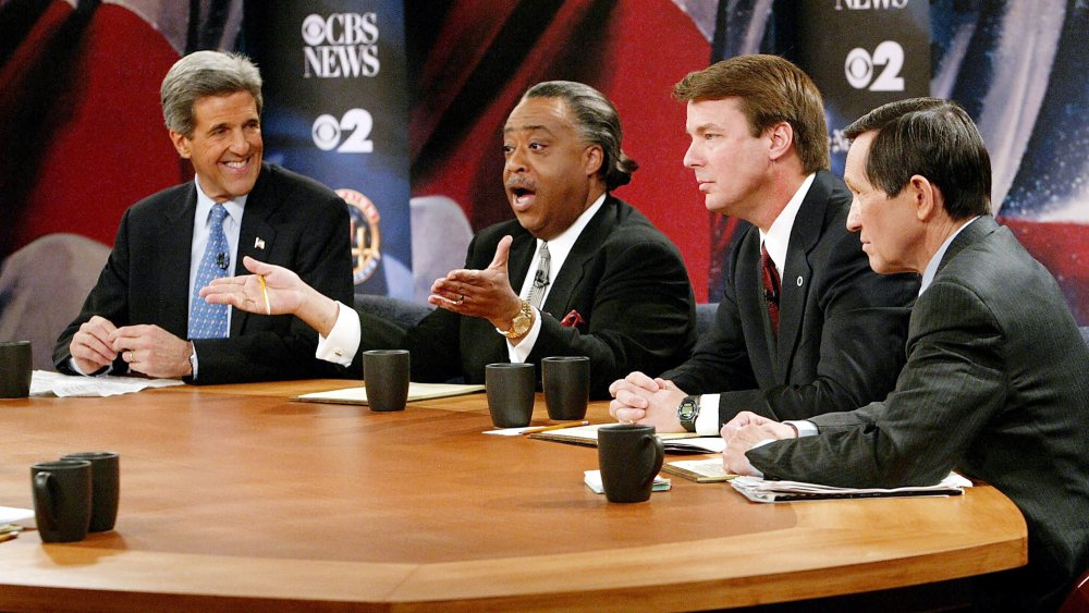 John Kerry, el reverendo Al Sharpton, Denis Kucinich, John Edwards participando en un debate democrático primario