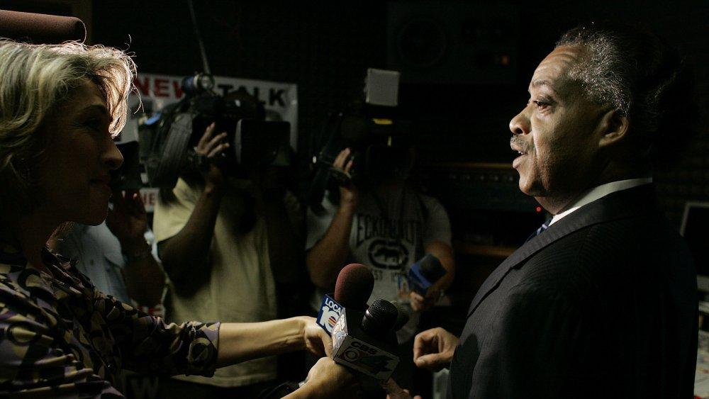Al Sharpton hablando con reporteros