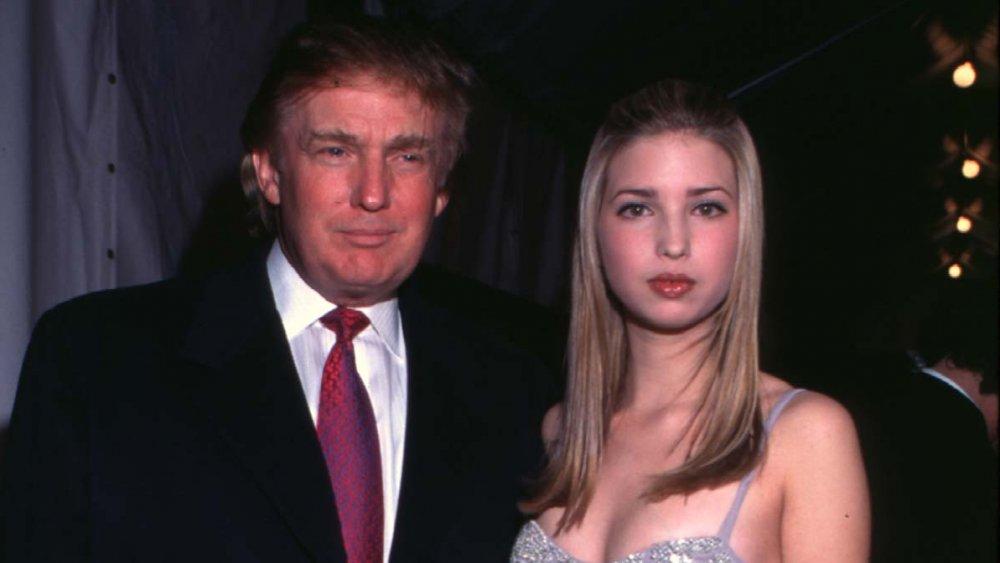 Donald Trump y una adolescente Ivanka Trump posando en los Grammys de 1998
