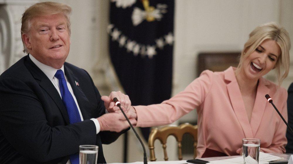 Donald Trump e Ivanka Trump riendo y dándose la mano durante una reunión