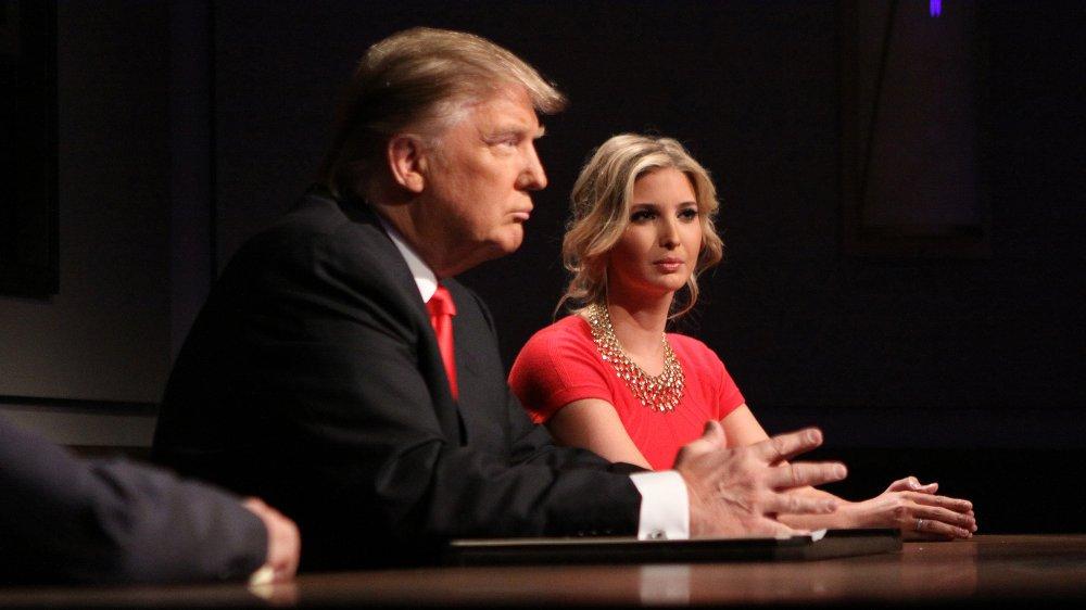 Donald Trump e Ivanka Trump en rojo a juego, sentados en poses similares en The Apprentice