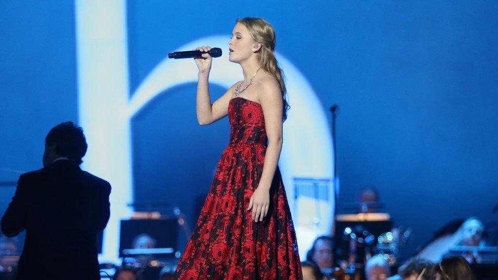 Zara Larsson actuando en un vestido rojo