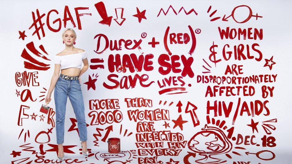 Zara Larsson frente a un muro de campaña publicitaria de Durex