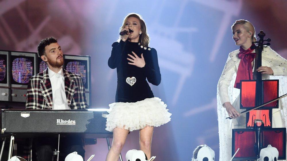 Zara Larsson y Clean Bandit actuando en el escenario
