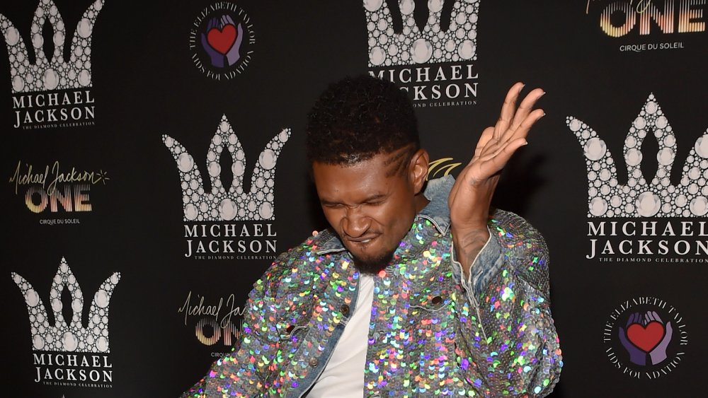 Usher en una chaqueta de lentejuelas, posando